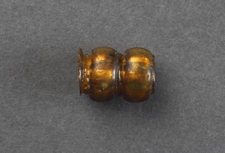 Paciorek szklany  Paciorek dwusegmentowy (odcinkowy) o żółtej barwie, zawierający wkładkę ze złotej folii. Wykonany był najpewniej tzw. techniką wyciągania z rurki szklanej. Przewężenia między segmentami formowano, ściskając masę szklaną specjalnymi metalowymi szczypcami. Paciorki tego typu są często spotykane na stanowiskach archeologicznych, jednakże w niewielkiej liczbie. Datowanie tych paciorków szklanych jest bardzo trudne. Podobne egzemplarze występują od okresu rzymskiego po średniowiecze. Odpowiedniki paciorka ze Wzgórza Zamkowego z 1. połowy XIII wieku znamy też ze szczecińskiego Rynku Warzywnego i z innych wykopów z terenu suburbium.