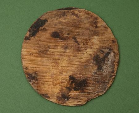 Dno miski klepkowej  Zostało wykonane z jednego kawałka drewna. Ma prosto ścięte brzegi, co wskazuje, że było osadzone w wątorze o prostokątnym przekroju (rowek wycięty w klepkach służący do osadzenia dna). Miseczki klepkowe miały kształt odwróconego stożka. Sądząc z niewielkich rozmiarów miseczek – czarek  znalezionych na zamku, można wnosić, że służyły do picia. Były w powszechnym użyciu na terenie całej Europy od XII do XV wieku, na co wskazują liczne znaleziska archeologiczne.