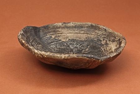 Miska drewniana  Należy do grupy naczyń toczonych jednostronnie, wewnętrznie o kształcie okrągłym. Ma wnętrze bardzo starannie wytoczone, a spód efektownie ociosany. Ten typ naczynia występuje powszechnie w miastach lokowanych na prawie niemieckim. Miski toczone jednostronnie produkowano nieprzerwanie przez mniej więcej 250 lat od połowy XIII wieku aż do XVI wieku. Były znakomitym uzupełnieniem zastawy ceramicznej stołowej.