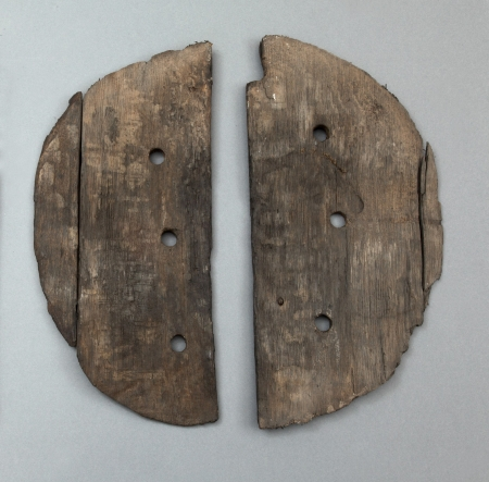 Pokrywa beczki  Pokrywa została wykonana z dwóch części połączonych ze sobą drewnianymi bolcami. Z boku wykonano prostokątne wycięcie, które umożliwiało wielokrotne otwieranie i zamykanie beczki. Wywiercone niewielkie otwory zapewniały dostęp powietrza. Beczki służyły jako pojemniki na różnego rodzaju zapasy spożywcze, a także jako wygodne w transporcie opakowania towarów. W beczkach przechowywano i przewożono piwo, śledzie, sól, zboże, a także rudy żelaza, gwoździe czy noże.