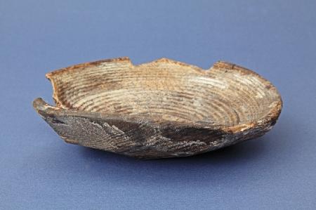 Miska drewniana toczona od wewnątrz i ociosana od strony zewnętrznej  Miski tego typu były wytaczane z klocka w kształcie półkuli, wstępnie ociosanego siekierką lub ośnikiem. Formowanie naczynia rozpoczynało się od zewnątrz – pośrodku formowano dno poprzez wycięcie odpowiedniej szerokości pasa, a następnie po obu jego stronach mniejszymi zacięciami ścinano drewno, modelując ścianki miski. Tak przygotowany klocek był umieszczany następnie na tokarce i metodą toczenia kształtowano wnętrze miski przybierającej postać odcinka kuli. Głębokość naczynia zależała od wielkości kawałka drewna przygotowanego do produkcji. Wstępne ociosywanie ścianek zewnętrznych znacznie przyspieszało proces wytwarzania, nie obniżając jakości misek, którą przewyższały nawet naczynia toczone dwustronnie. Największą popularność miski toczone jednostronnie zyskały w okresie napływu osadników niemieckich w związku z lokacjami na prawie niemieckim. W miastach hanzeatyckich spotykane są powszechnie.