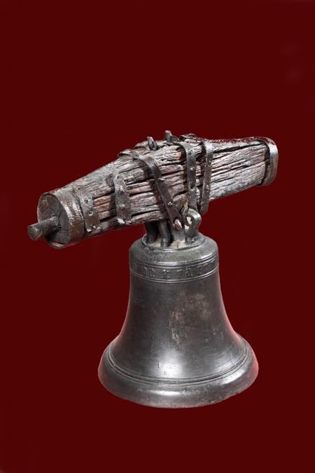 Dzwon tzw. Srebrny z zachowanym jarzmem  Został odlany z brązu przez nieznanego z imienia ludwisarza. Charakteryzuje się gładkim płaszczem oddzielonym od wieńca żłobkami. Na szyi jest widoczna inskrypcja wykonana minuskułą gotycką, ujęta dwoma wąskimi pasami żłobków. Do 1988 roku dzwon Srebrny znajdował się na wieży zamkowej, skąd usunięto go z powodu złego stanu zachowania elementów mocujących. Prawdopodobnie należał do wyposażenia kościoła zamkowego pod wezwaniem św. Ottona.