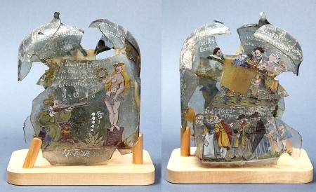 Butla szklana  Mocno zniszczona butla do wódki z jasnoseledynowego szkła. Zachował się jedynie czworoboczny korpus bogato zdobiony dekoracją malarską i napisami w języku niemieckim. Butlę opatrzono też datą 1615 i monogramem malarza (?). Treść malowideł i wypisanych sentencji jest niezwykle frywolna, oddająca atmosferę spotkań przy kieliszku, stanowiąca doskonałą ilustrację obyczajowości dworskiej. Jej szczególna wartość polega na tym, że przekazuje sporo informacji na temat strojów mieszkańców północnej części Europy. Przedstawione na butli ubiory nawiązują do niemieckich i holenderskich z 2. połowy XVI i początków XVII wieku.