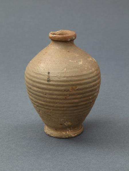 Naczynie ceramiczne – flasza  Wykonana ze specyficznego typu ceramiki, jakim jest kamionka, charakteryzująca się dużą twardością, niską porowatością i bardzo małą przesiąkliwością czerepu. Po stronie zewnętrznej naczynie jest pokryte brązową polewą solną i ozdobione dookolnymi żłobkami. Tego typu wyroby służyły do przechowywania i transportu płynów. Prezentowana flasza powstała najpewniej w warsztacie we Frankfurcie nad Odrą w XVI lub XVII wieku.