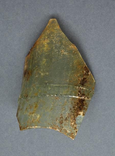 Szklanica  Niewielki fragment szklanicy typu fletowatego. Była to wysoka, smukła szklanica o kształcie cylindrycznym zdobiona nalepioną cieniutką nitką delikatnie poprzecznie karbowaną. Najstarsze okazy tego typu naczyń są znane z Czech już z końca XIII wieku, a przede wszystkim z XIV i XV stulecia. Obecność szklanic fletowatych odnotowano w inwentarzu wyposażenia zamku szczecińskiego w 1603 roku.