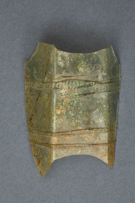 Szklanica  Fragment ścianki wielobocznej szklanicy typu fletowatego. Wykonano ją ze przezroczystego, jasnoseledynowego szkła z widocznymi pęcherzykami gazowymi. Środkową część korpusu ozdobiono dookolnie przylepionymi taśmami szklanymi karbowanymi szczypcami. Pierwsze szklanice wieloboczne pojawiły się w Hesji w 1. połowie XVI wieku. Szybko rozpowszechniły się w krajach nadreńskich i dotarły do Górnej Saksonii. W XVII wieku były typowym składnikiem zastawy stołowej. Zostały uwiecznione na wielu renesansowych obrazach, na przykład na słynnym autoportrecie Rembrandta z Saskią z 1636 roku.