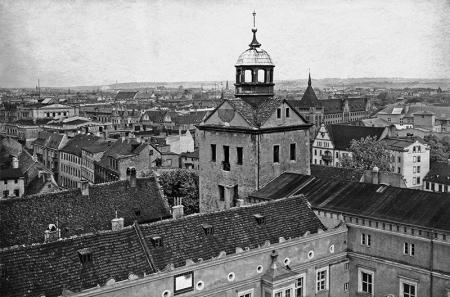 Widok z wieży zegarowej zamku na północny zachód  Teatr Miejski po lewej i kamienica przy ul. Wyszaka 34 po prawej, fot. sygn. H. Krause, 1927 MNS/A.Foto/15544