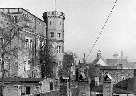 Zamek  Fragment skrzydła wschodniego z wieżą widokową wzniesioną w latach 1840–42 i dachami kamienic przy ul. Panieńskiej od południa, fot. sygn. Ehlert MNS/A.Foto/15934