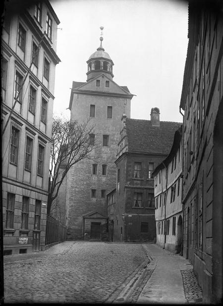 Ulica Korsarzy z widokiem na wieżę kościoła zamkowego  fot. początek XX wieku  MNS/A.Foto/6064