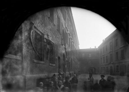 Zamek – dziedziniec menniczy (muzealny)  Widok od północy, fot. 1874  MNS/A.Foto/5288