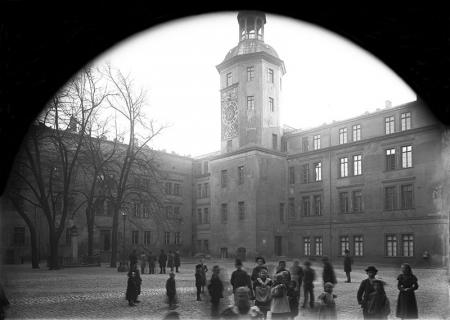 Zamek – dziedziniec  Widok skrzydła północnego i południowego z wieżą zegarową, fot. po 1874  MNS/A.Foto/5300