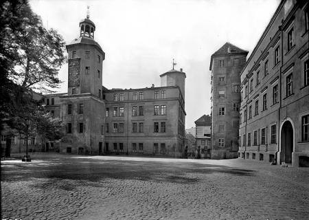 Zamek – dziedziniec  Widok na skrzydło południowe z wieżą zegarową MNS/A.Foto/4983