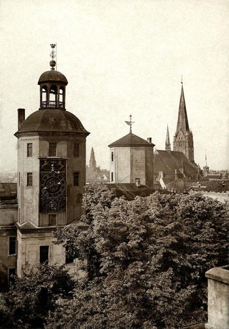 Widok wież zamku i kościoła św. Jakuba z dachu skrzydła północnego zamku  fot. sygn. K., ok. 1927  MNS/A.Foto/15481