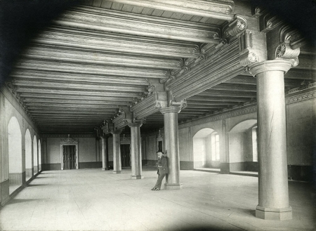 Zamek – wnętrze refektarza  Refektarz z szesnastowiecznym stropem belkowym i dębowymi kolumnami, fot. po 1874 (?) MNS/A.Foto/15941c