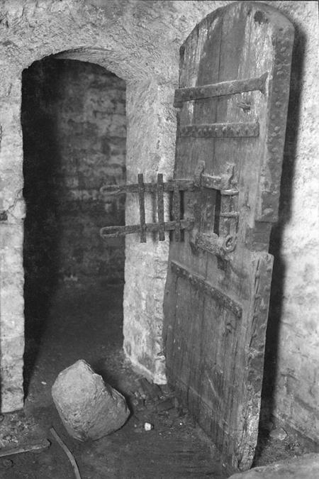 """Zamek – drzwi wejściowe do """"celi czarownic""""  sygn. Knothe, 1926 MNS/A.Foto/15908"""