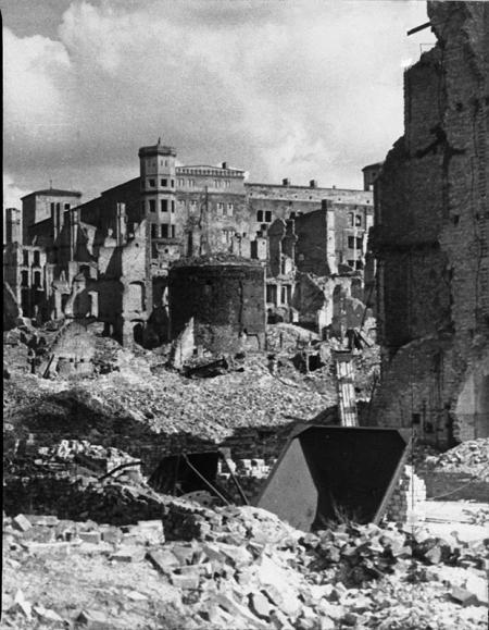 Baszta Siedmiu Płaszczy na tle ruin zamku  fot. K. Haska, 1947 MNS/A.Foto/13532 a