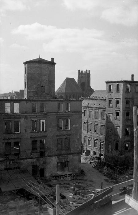 Baszta Siedmiu Płaszczy na tle ruin Zamku  fot. K. Haska, 1947 MNS/A.Foto/13532 b
