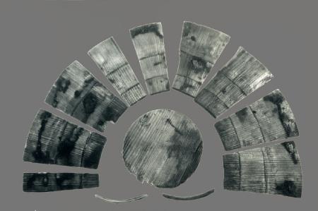 Drewniana miseczka klepkowa  Na standardowe wyposażenie średniowiecznych gospodarstw domowych składały się różnorodne naczynia zbudowane z różnej wielkości klepek, pełniące funkcję  pojemników do przechowywania artykułów płynnych i sypkich oraz naczyń stołowych, a także opakowań. Miseczki klepkowe są zazwyczaj wykonane bardzo starannie, wygładzone z obu stron. W każdym przypadku strona wewnętrzna jest lekko wklęsła, zewnętrzna zaś nieco wypukła. Na niektórych można zauważyć ślady substancji uszczelniającej – dziegciu. Do łączenia klepek misek stosowano obręcze z surowców organicznych, w tym z wikliny. Dno osadzano w specjalnym wycięciu po wewnętrznej stronie klepek, zwanym wątorem. Te bardzo funkcjonalne naczynia były użytkowane na terenie całej Europy od przynajmniej XI do końca XV stulecia.
