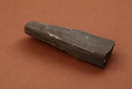 Osełka  Nieco inny typ osełki, większy, bez otworu do zawieszania. Na jego powierzchni są widoczne ślady pracy – rysy będące pozostałością po przesuwaniu żelaznego ostrza. Egzemplarz wyraźnie odłamany zaraz za nieco cieńszym końcem stanowiącym rodzaj uchwytu i zapewne dlatego porzucony.