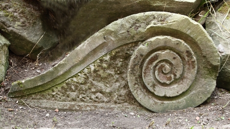 Wyrób kamienny  Kolejny element kamiennej attyki. W fazie renesansowej zamek zyskał bogaty wystrój kamieniarski, w tym bardzo charakterystyczne attyki (czyli zwieńczenie dachu). Na zdjęciu widać fragment innego typu woluty pozyskany podczas odgruzowywania zamku po zniszczeniach wojennych, wykonany z piaskowca.