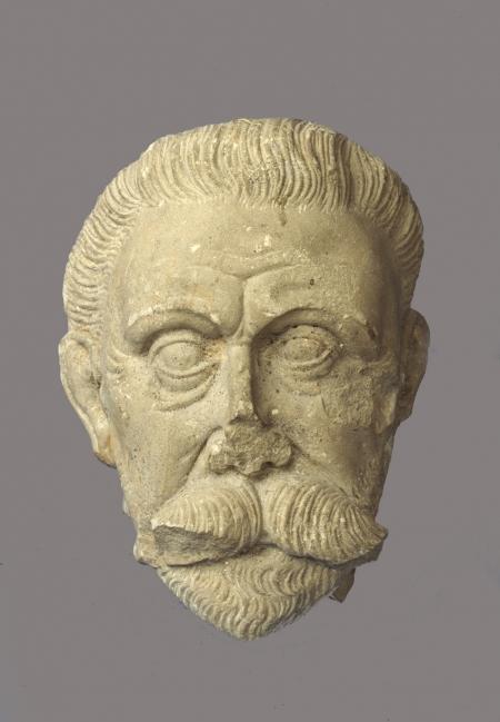 Rzeźba kamienna  Niewielki fragment rzeźby kamiennej przedstawiający głowę mężczyzny z zaczesanymi do tyłu krótkimi włosami, sumiastym wąsem i niewielką bródką. Został znaleziony w latrynie przy skrzydle zachodnim zamku, ale przypuszcza się, że mógł stanowić element renesansowego wystroju rzeźbiarskiego południowego skrzydła. Wydaje się, że nieznany z imienia twórca rzeźby mógł działać w warsztacie Philipsa Brandina z Meklemburgii.