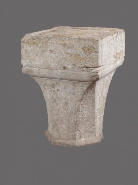 Kapitel kolumny  Jednym z najstarszych stosowanych w architekturze elementów podpierających konstrukcje kamienne i ceglane była kolumna. Składała się z trzech zasadniczych członów: bazy, trzonu i głowicy (kapitelu). Prezentowana głowica kolumny lub filara w górnej części ma postać prostopadłościanu, w części środkowej przechodzącego klinowo od czworo- do ośmioboku. Od dołu jest oparta na ośmiobocznej rolkowej plincie (płytce). Została wykonana z wapienia muszlowatego, którego złoża znajdują się na szwedzkiej wyspie Gotlandia. Znaleziona w skrzydle menniczym zamku.