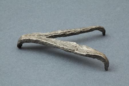 """Rak żelazny  Przedmiot ten, inaczej zwany """"żabką"""", ułatwiał poruszanie się po śliskich powierzchniach, zwłaszcza po lodzie. Niekiedy raki zalicza się do standardowego wyposażenia rybackiego używanego w połowach zimowych. Podobne okazy z trzema lub czterema kolcami są znane z terenu całej Słowiańszczyzny, z bardzo licznych stanowisk o zróżnicowanej funkcji i chronologii. Mogły być mocowane do podeszew obuwia skórzanego lub kopyt końskich. W przypadku obuwia były umieszczane w specjalnych wycięciach, co jednoznacznie potwierdzają znaleziska archeologiczne ze szczecińskiego Podzamcza i ze Wzgórza Zamkowego. Inny z możliwych sposobów polegał na przytwierdzaniu raka do kawałka kory, która za pomocą sznurków był mocowany następnie wokół stopy. W ten prosty sposób użytkownik mógł uniknąć zniszczenia skórzanej podeszwy obuwia."""