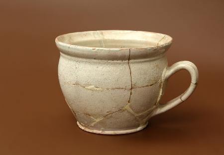 Naczynie ceramiczne – urynał (nocnik)  Naczynie ceramiczne popularnie nazywane nocnikiem służyło zaspokajaniu potrzeb fizjologicznych bez potrzeby wychodzenia na zewnątrz. Urynały najczęściej miały postać naczyń przysadzistych, szerokootworowych i były pokryte szkliwem, zaopatrzone w jedno ucho ułatwiające przenoszenie. Prezentowane naczynie pochodzi z 2. połowy XVII – XVIII wieku.