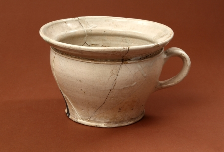 Naczynie ceramiczne – urynał (nocnik)  Urynały – nocniki cechuje mała zmienność formy na przestrzeni kilku stuleci. Oprócz ceramicznych znane są także egzemplarze szklane. Ten nocnik został znaleziony w wypełnisku latryny zamkowej, do której wpadł najpewniej przypadkowo podczas opróżniania zawartości. Naczynie pochodzi z 2. połowy XVII lub XVIII wieku.